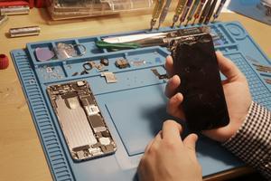 Han gör allt från filmproduktioner till att som här reparera en mobil där glaset gått sönder.