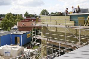 NP:s reporter fick en tur upp på taket (18 juli 2007). Där skulle ett nytt fläktrum byggas för att kunna möta de moderna kraven på ventilation.