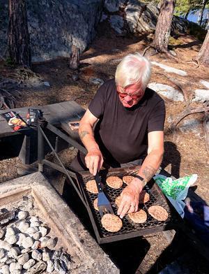 "Grillmästare Roger Carlström ""in action"". Foto: Uno Gradin"