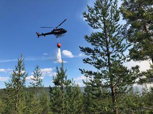 Helikopter är nu på plats och deltar i släckningsarbetet.Foto: Mora brandkår