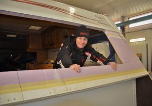 I Wiskans Husvagnsexpos verkstad kikar Lena Hedin fram ur vagn i färd med att renoveras innan försäljning.