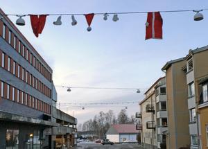 Över Eriksgatan, utanför Grand Hotell, i Ludvika hänger en hel tomtedräkt.