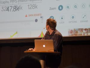 Ola Rosling under torsdagens föreläsning i Falun.
