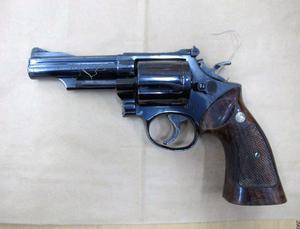Bild från polisens förundersökning. Revolvern med kalibern 357 Magnum som hittades i närheten av Maserhallen
