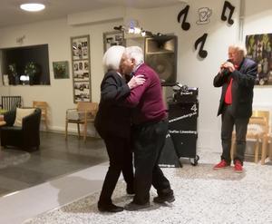 Det blev födelsedagsdans för Astrid, som bjöds upp av Ivan till Staffan Löwenbergs sång. Foto: Monica Göransson