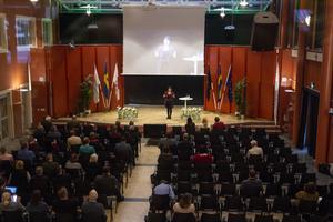 Politiker från hela Gävleborg kom till Bollnäs för att delta i demokratins 100-årsjubileum. Men efter lunch var det något tommare i salen.