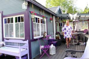 Stugan efter. Nina har förvandlat den till sitt eget Purple Plaze.