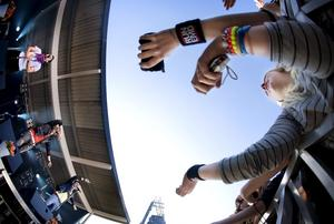 23 augusti 2009. Så nära som möjligt. De unga fansen trängdes vid staketen när EMD spelade på Vox-festivalen i Varberga.