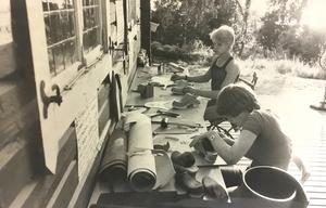 Syskonen Liselott och Thomas Wesslund tillverkar träskor i träskoverkstaden i Ansgars- och Baptistkyrkans fritidsgård på Björnön 1978.