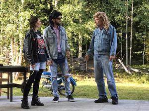 Elias kommer till punkaren Madelene och Peter med sin Zündapp-moppe.