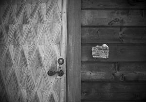 """På dörren stod en gång morfars namn. Nu står det """"Välkommen till Vidderna""""."""