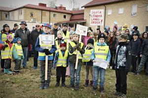 Många engagerade barn och vuxna hade kommit för att visa sitt missnöje över förslaget att lägga ner 'deras' skola i Bollstabruk.