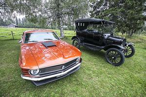 En ny och en gammal Ford bägge i ett perfekt skick.