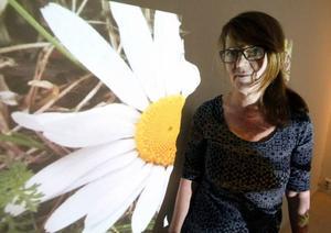 Maria Lagerborg arbetar sedan många år med animationer, som här en utomhusfilm med både prästkragar och busiga stenar.