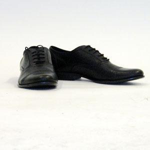 Ett par traditionella knytskor fungerar alltid. Du kan köpa nya skosnören och putsa upp dina gamla.