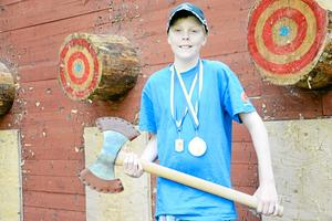 Isak Skogh 12 år kamperar redan i herrklassen i yxkastning och kammade hem en tredjeplacering i SM.