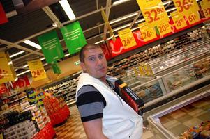 KRÄFTTJUV.Markoolio showar gärna i butiken och stoppar ett paket kräftor innanför västen.