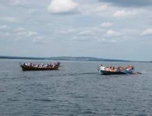 Kyrkbåtsgudstjänst på Börön. Söndagen den nionde augusti hölls en välbesökt gudstjänst ute på Börön i behaglig sommarvärme. Dit anlände tre kyrkbåtar från Loke, Ångsta och Börön. Dessutom kom många i egna båtar av olika storlek. Värdparet ute på ön, Ulla och Arne Eriksson från Valne, hjälpte också till med båttransport till ön. En mycket imponerande syn att se dessa välfyllda kyrkbåtar anlända. Roddarna skyldrade med årorna innan båtarna la till. Församlingsprästen i Lockne, Maria Olofsson, höll gudstjänst med bibelläsning, betraktelse, sång och musik. Vid gudstjänsten deltog dessutom Ingeborg Olsson, Britta Jonasson samt Ingemar Persson. Den sistnämnde med dragspelsmusik under gudstjänst och efteråt då var och en drack sitt medhavda kyrkkaffe. Ett mycket lyckat inslag i kyrkoåret som förhoppningsvis kan bli en tradition.