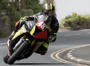 Björn Gunnarsson på sin tusenkubikare från BMW, på Isle of Mans landsvägar.