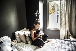 Sofia har tillsammans med sin mamma uppfödning av kattrasen Helig Birma. I sovrummet har katterna egen utgång till den nybyggda rastgården.