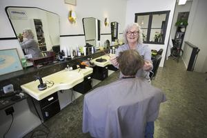 Marie Sköldebrand hyr en lokal i fastigheten som är till salu. Där driver hon sedan 1984 en frisersalong som hon  tog över efter sin pappa Henry Lundén.  – Jag är väl positiv till en försäljning. Huset är i behov av rust så det kanske blir bättre med en ny ägare. Den 18 maj är det 64 år sedan Marie Sköldebrands pappa öppnade salongen.