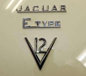 Mäktigt emblem på bakluckan som visar att bilen har en tolvcylindrig motor.
