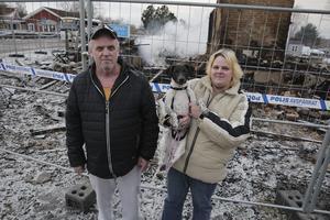 På onsdagsmorgonen blev Mikael Eriksson och Susanna Pettersson inte kvar länge på brandplatsen. De satte sig i bilen och for därifrån och slapp se hela processen när huset brann ned till grunden.