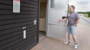 Här demonstrerar Clas Blomberg att dörröppnare finns och fungerar till handikapptoaletten.