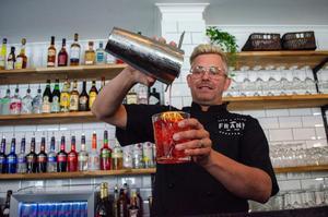 Christian Bergenholtz visar upp favoritdrinken, Franks egen Gin och tonic med Angostura och en apelsinskiva.