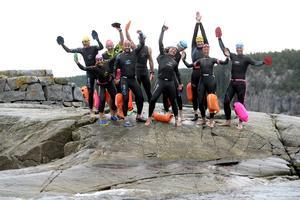 Det är viktigt att föreviga vissa tillfällen och det här var ett. Årets tio deltagare som tillsammans simmade till Draghällans fyr.