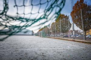 Nynäs fotbollsplan. En solig sommardag skulle Karin Öblom korsa Hälsingegatan, men blev påkörd av en cyklist.