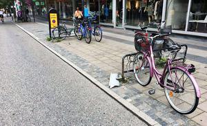 Cykelstället utanför restaurang Varda på Vasagatan som föraren av husbilen körde på. Bild ur polisens förundersökning.