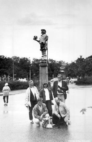 1988 blev Kronblom staty i Örebro och en fick en plats vid Eyravallen. Här syns de kommunala förvaltningscheferna  Britt-Marie Strandahl, Birgitta Almgren, Lars-Erik Johansson, Dieter Wolf och Ants Viirman vid statyn. 2011 flyttade statyn till Parkhallen i Adolfsberg. (Bildkälla: Örebro stadsarkiv)