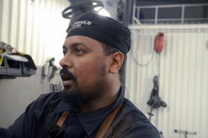 Efter tre år, känner sig Yonas som vem som helst i gänget på Elmab i Dala-Järna