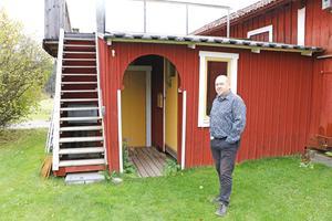 Baren ligger under altanen som Anders Forsell byggde för att få mer kvällssol på tomten.