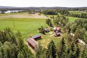 Gård vid sjön Toftan. På fastigheten finns förutom ett flertal fina byggnader ca 3,8 ha mark varav ca 3 ha intilliggande åkermark. Foto: Svensk Fastighetsförmedling