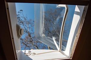 Husvagnen är utrustad med två takfönster.