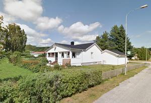 Den här vita villan i Högland såldes för 1,9 miljoner kronor – och blev veckans dyraste fastighetsköp i Örnsköldsvik. Bild: Google.