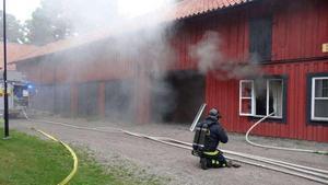 Räddningstjänsten var snabbt på plats och släckte branden i den gamla träbyggnaden. Arkivbild.