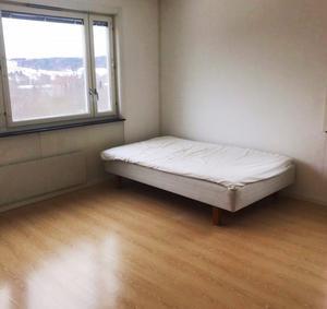 FÖRE: Ett tomt rum med en säng.