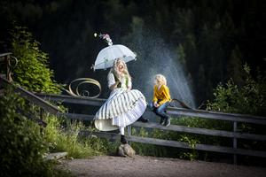 Blomhåret sjunger med vattenfallet med Jens.