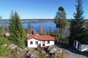 Foto: Richard Ström/ Bostadsfotograferna. Många är intresserade av sommarstugan med utsikt över sjön Usken.