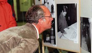 Här spanar kungen in en gammal bild från när han varit på länsbesök. Bilden är tagen vid ett besök som gjordes 1996.