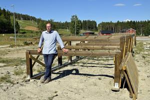 Friluftschef Henrik Lindén står framför ett av trähindren till den nya hinderbanan på Hillstamon.