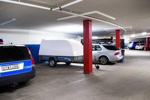 Små parkeringsfickor och allt större tjänstebilar.Det är svårt för polisen att parkera i sina garage.