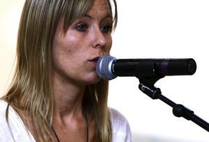 Linda Fändriks sjöng egna låtar och berättade om hur hon genom att skriva texter och musik hittade ut ur det mörker, som präglade henne under barndomen och uppväxten. Foto:Gunne Ramberg