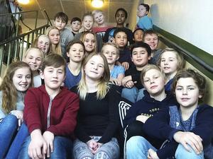 Här syns Stenhamreskolans 5B som i kväll är med och tävlar i radions Vi i femman. Det är främst två elever, Fabian Berglund och Yasmine von Wachenfeldt som tävlar, men hela klassen är med och tävlar i momentet Dagens grej.