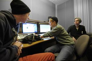 Ludwig Jutterström, Jacob Rinman och Alexander Olsson går Ljudläggning till rörliga bilder, vid Högskolan i Dalarna. –Det är kul att få testa massor av sjuka ljudidéer och se om det funkar, säger Jacob Rinman.