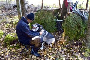 Tidningens reporter fick besök i skogen. Efter en stund fick dock trevlige Tuffe återgå till sitt arbete som löshund i älgjakten.
