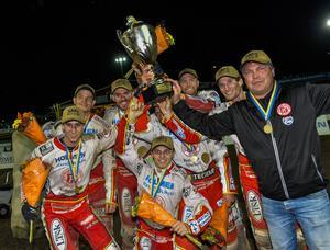 ...och svenska speedwaymästarna blev Rospiggarna. Här firar Teurnberg tillsammans med förarna på Parken i Hallstavik.